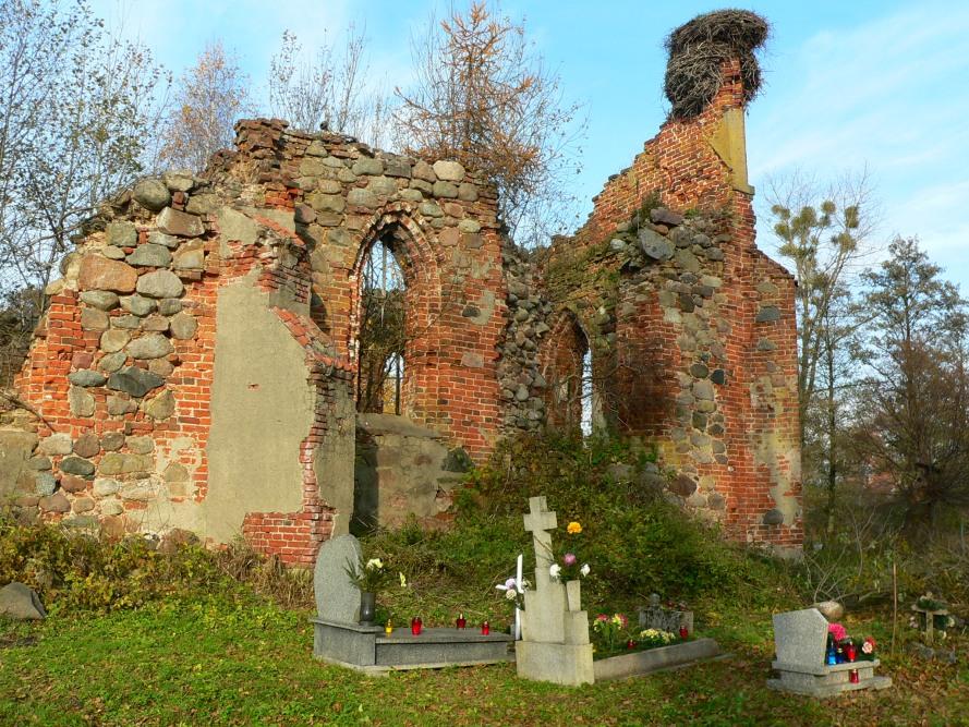 Ruina_kościoła_Pęciszewo_z_nagrobkami
